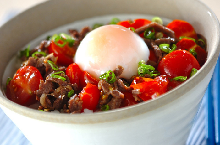 プチトマトを加えて、とってもジューシーでサッパリとした丼ぶりに。温泉卵をからめて召し上がれ!