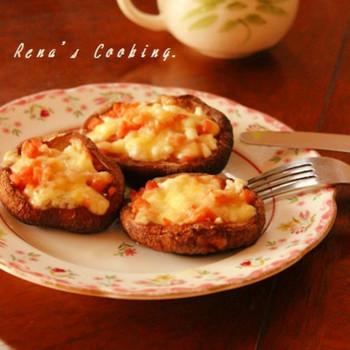 椎茸の傘の部分にチーズ&ウィンナーをのせてトースターで焼くだけの簡単レシピ。手早く作れて、お酒のおつまみにもぴったりですね!