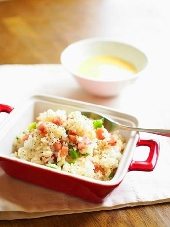 刻んだウィンナーとピーマンをオリーブオイルでサッと炒めただけの簡単炒飯。朝ごはんや1人ランチなどにおすすめな一品。