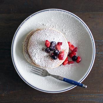 ちょっぴりレトロな雰囲気もあり、昔から使っているような懐かしさがある、愛着のわくお皿。清潔感のあるブルーラインは、食卓にアクセントを与えてくれます。24cmはデザートにぴったり!