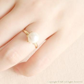国産の貝パールを一粒あしらった上品な指輪。本真珠より耐久性に優れているので、普段使いに最適なんだそうですよ☆
