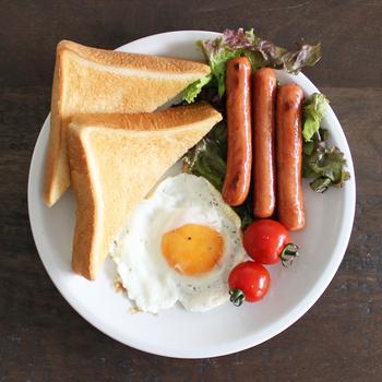 朝食にピッタリな24cmサイズのプレート。これ一枚で全部載っちゃうから洗い物もラクですね。