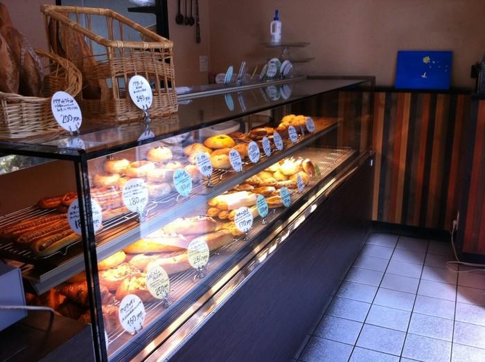 ショーケースの中に並ぶパンは、開店時間になるとどんどん売れていきます。