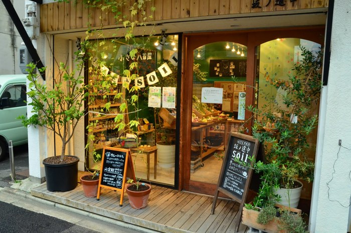 こちらは京都の東寺そばにある「坂ノ途中soil」の様子。お店は大きくありませんが、店内には色とりどりの野菜たちが並びます。