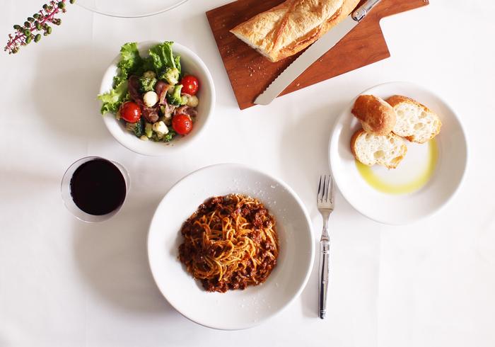 イタリア料理のみならずどんなジャンルの料理にもマッチし、食事のおいしさを引き立たせてくれる「サタルニア」。白くて使いやすい万能なお皿のさまざまなシリーズをご紹介します。