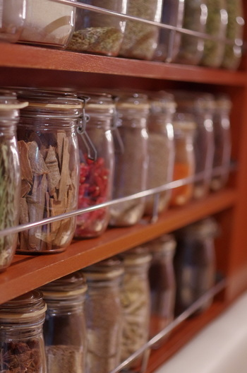 店名「すぱいす」の名のとおり、客席の横の棚には様々なスパイスの小瓶が並んでいます。