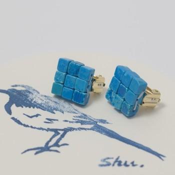 こちらのイヤリングには、ブルーの染色を施した天然石が使われています。天然石ならではの微妙な不揃い感が味になるデザイン。アンティークのような雰囲気も魅力です☆