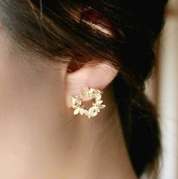小さな葉っぱがリースになっているピアス。マットな質感のゴールドでコーティングされているので、上品な装いにぴったりです。