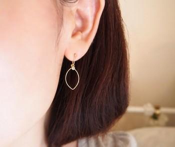 ピアスのように軽やかに見えるのは、耳たぶに挟んで装着するイヤークリップ。レモンの形のワイヤーと、果汁をイメージしたラインストーンを組み合わせたデザインです。