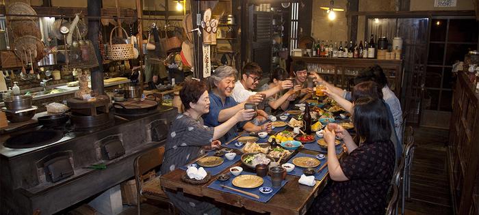 食卓はみんなで囲むのがこのお宿の醍醐味。和気あいあいと会話を弾ませながら、地元の食材や古民家の雰囲気を楽しみます。