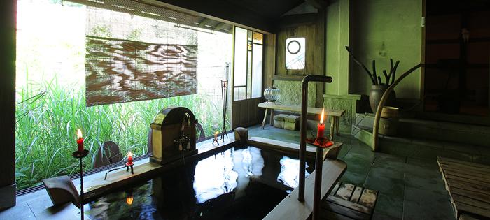 改装したお風呂では、夏になると戸を開放し川のせせらぎを聞きながらお風呂に入ることができます。スタイリッシュでノスタルジックな不思議な空間です。
