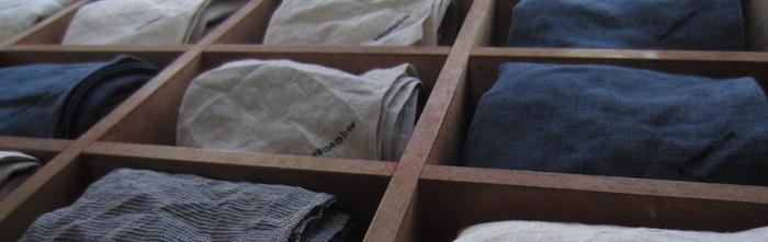 「フランスの倉庫から見つ け出された年代不明の洋服」をイメージしたレディース、リアルクローズのハンドメイドブランドsuro。 天然素材で、アンティーク(古着)のディテールと 飽きのこないデザイン、丁寧なものづくりが魅力です。