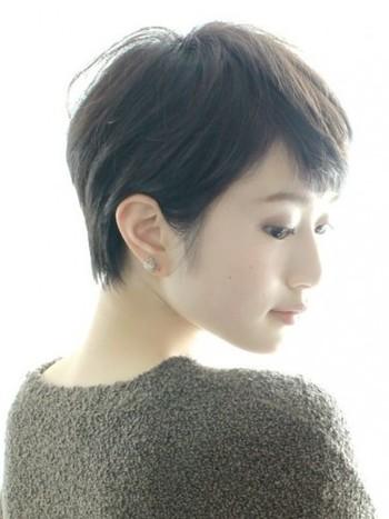 耳を見せると、横顔がとても美しく見えます。シンプルなショートヘアが素敵ですね。