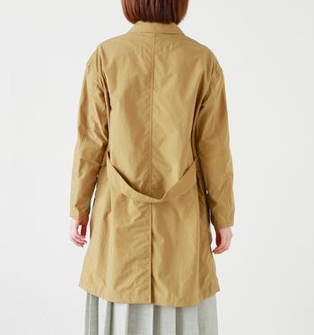 バックのウエストベルトは、デザインのポイントとしてだけでなく、ほどよく裾に向かって広がるシルエットも作り出しています。