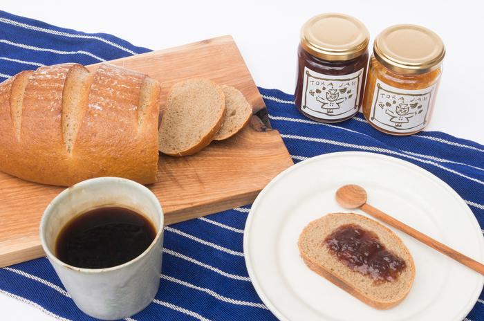 気になっていた人気のパン屋さんでパンを買ったら、美味しいジャムも一緒にいかがですか?京都にある小さなお店「ちせ」で、丁寧に作られている自家製ジャム「torajam(トラジャム)」。季節の味がぎゅっと凝縮されています。