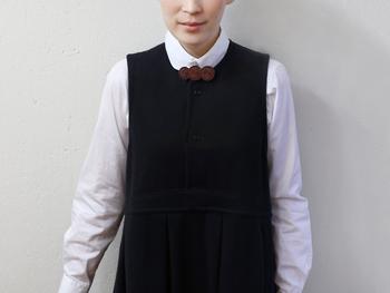 重なった綿毛をモチーフにした、シンプルなブローチ。襟の真ん中に付けて、クラシカルなワンポイントに。