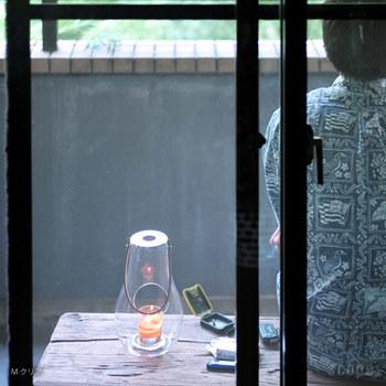 デンマークのガラスブランド「Holmegaard(ホルムガード)」のキャンドルランタン。レザーのハンドルが付いているので持ち運びにも便利です。ガスや灯油ではなく、キャンドルを使うので準備も簡単。