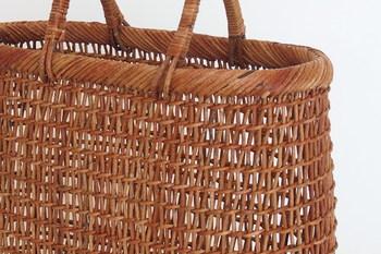 """""""細目こだし""""という手間のかかる技法で編まれたかごバッグは、どこか和の雰囲気を感じますね。"""
