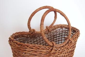 """あけびのかごには、さまざまな編み方があります。こちらは""""ホラ編み""""のかごバッグ。"""