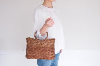 もちろん、普段の装いに合わせるバッグとしてもおすすめ。ワンピースやブラウスなどにしっくりと馴染んでくれます。