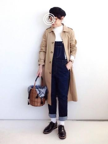 シンプルなベージュのステンカラーコートを個性的に着こなすコツは、小物♪ころんとしたカゴバッグやベレー帽、メガネなどを組み合わせれば、こんなにオシャレなコーディネートに♪