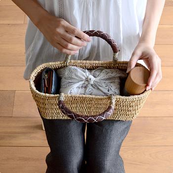"""お花見やピクニックでおでかけすることが多くなる季節に、なにかと重宝する""""かごバッグ""""。手作りのお弁当や水筒を詰め込んでおでかけすれば、いつものバッグでおでかけするよりも気分が上がりますよね♪"""