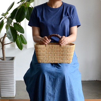 モロッコの職人によって、ひとつひとつ手作りされたかごバッグ。シンプルなデザインとベーシックな形は、さまざまな装いに馴染んでくれそう。