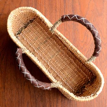 夏に使うイメージのあるかごバッグですが、持ち手部分が革なので、春や秋にも使えそう♪