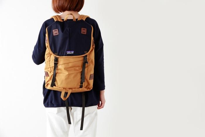 アメリカの老舗アウトドアブランド「patagonia(パタゴニア)」。こちらの「ARBOR PACK(アーバーパック)」は、普段使いから旅行やハイキングまで様々なシーンで活躍してくれる26Lの機能的なリュック。パタゴニアが1980年代に発売したバッグを元に現代風に再デザインしたちょっぴりレットロな佇まいが可愛らしいですね。