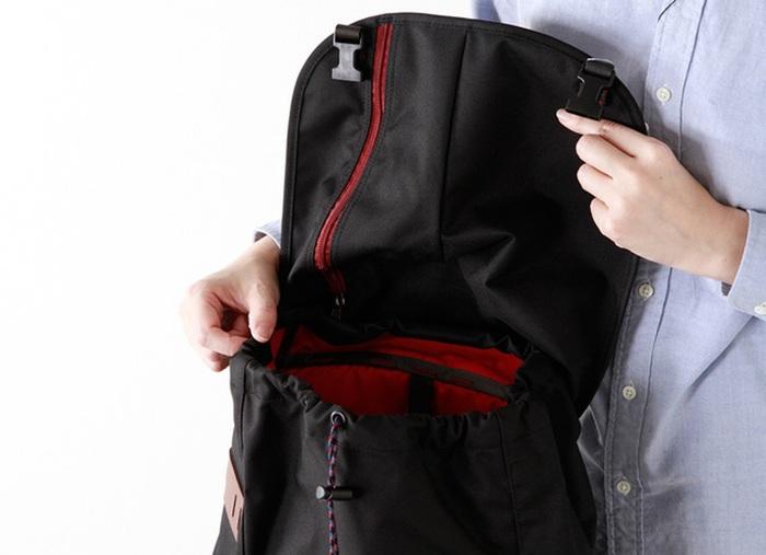 太めのストラップは肩への負担を軽減し、重たい荷物でも楽々背負えます。身体にフィットできるようヒップベルト付き。本格的なアウトドアにも対応してくれます。もちろんポケットもフロントと内側それぞれにあり機能性◎さらに耐久性撥水加工を施した素材で作られている為、ちょっとした雨でも大丈夫。