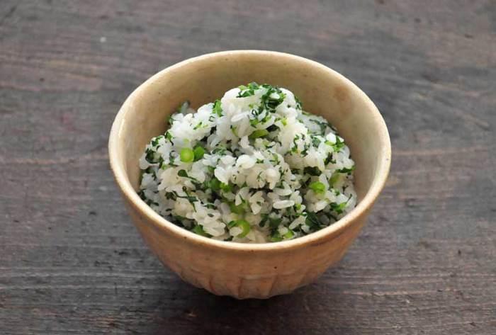 材料は、春菊と塩とご飯のみ。とってもシンプルな調理法で素材の味を存分に楽しめそうです。