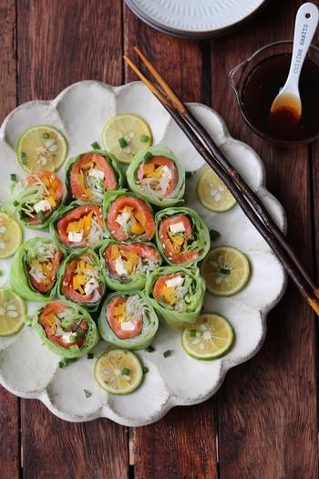 定番とも言うべき、彩りのよいキャベツとスモークサーモンを組み合わせたロールサラダ。キャベツの葉はレンジで加熱して柔らかくし、ラップを使って巻いていきます。作り方が写真入りで載っているのでぜひ参考に。