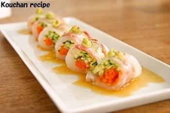 野菜と真鯛の刺身を使って、さっぱり淡い彩りで仕上げた魚介のロールサラダ。白身魚はヒラメやスズキを使ってもOK。