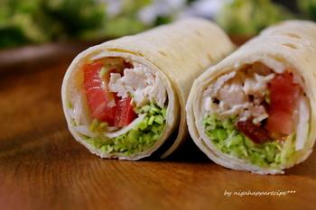 カフェメニューでも人気の、トルティーヤに鶏肉や野菜を巻いたラップサラダ。手に持ってそのまま食べられるので、お弁当や持ち寄りのランチにぴったり。