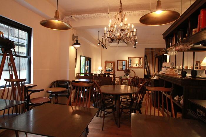 漆黒の扉を開けると、そこにはアンティークの家具とクラシカルな音楽が流れるおしゃれな空間が広がります。