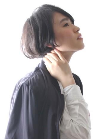 丸みのあるフォルムのシルエットが美しい、ショートヘアです。バランスの良い横顔を作ります。
