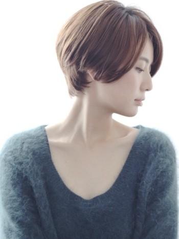 ふとした瞬間の横顔がとても綺麗な女性を見ると、なんだか素敵だなと思います。すっと、印象に残りますよね。そんな美しさを感じるのは、顔のラインが美しく見える時。そして、横顔が美しく見えるおススメの髪型はショートヘア。髪が短い分、表情がはっきりと見えたり、凛としたイメージが増します。