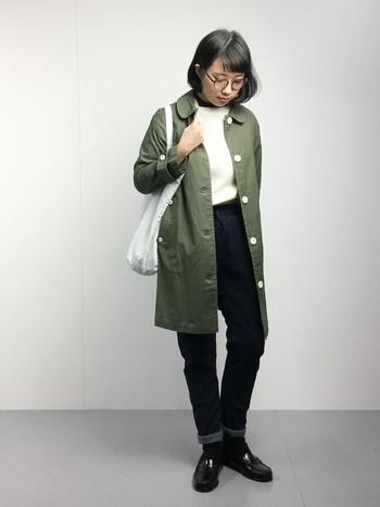 細めデニムに、ジャストサイズのステンカラーコートを選べばスッキリとスタイルアップできます♪