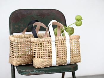 格子状に編み込まれた竹に、レザーの持ち手を組み合わせた「warang wayan(ワランワヤン)」のかごバッグ。