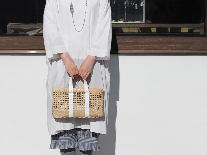 warang wayanのかごバッグは2色展開。好みのカラーで楽しめます。 ホワイトは清楚な印象。透け感があるので、バッグの中身を風呂敷やあずま袋で包んでも素敵ですね。