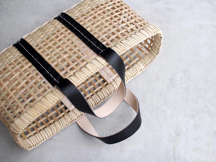 補強のため、持ち手のレザーに施されたステッチが可愛いアクセントになっています。編み目も均等で見惚れてしまいますね。隅々にまで丁寧な仕事が光るかごバッグ…あなたの毎日にも取り入れてみませんか?