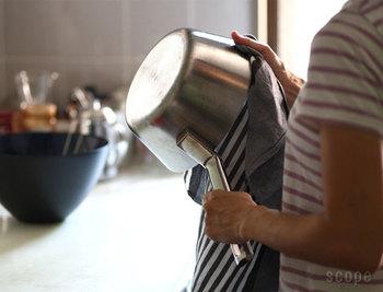 一般的な日本のキッチンタオルの倍はある、この大きさはワンプレートごはんに使う大皿や鍋を拭くのに、ちょうどいいサイズ。