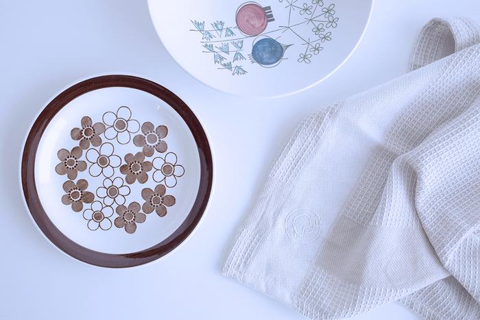 イヤマちゃんの横顔が刺繍されたこのキッチンタオルは、厚みのあるワッフル生地だから吸水性や耐水性もバツグンと評価が高いアイテム。