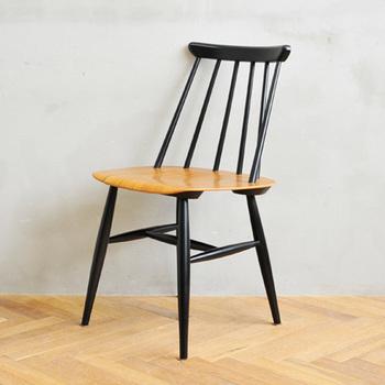 背中にフィットするように角度がつけられたスポークや、日本人がしがちな椅子の上での「あぐら」がしやすい広い座面など、座り心地へのこだわりが随所に込められています。