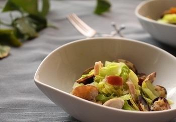 あっさりとした味わいの春キャベツの蒸し煮は、塩コショウとあさり、ベーコンの旨味でシンプルに。味付けをシンプルにすることで春キャベツの甘さが引き立ちますよ。