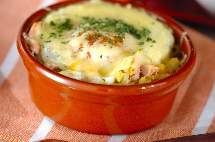 春キャベツ、ツナ、コーン、マヨネーズを炒めて、器に盛り、卵とチーズをのせて焼くだけのお手軽料理。すぐに作れるので、あと1品欲しいというときにぜひ。
