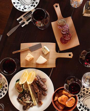 大人のお花見に欠かせないのがワインですよね♪ そんなワインのお供にぴったりのチーズやサラミを、木製の専用ボードにのせてカットして出せば、一気にパーティー気分が盛り上がりますよ♪