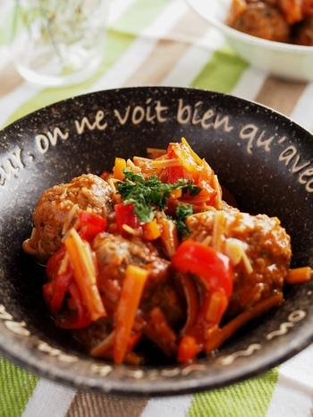 お手軽なトマトジュースを使った煮込み料理レシピです。ジュースを使う事で、トマト缶や生のトマトより酸味が抑えられて、マイルドな味わいのトマト煮が作れますよ。