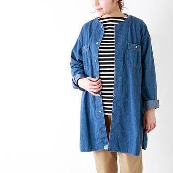 こちらは、ロング丈のシャツをジャケットのように羽織るスタイル。袖を折って着ると軽やかな印象に見えます。