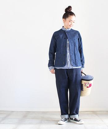 ノーカラーにラグランスリーブという、カーディガンスタイルのデニムジャケット。ボタンを一つだけ留めて、インナーのシャツを可愛らしく見せる着こなしです。